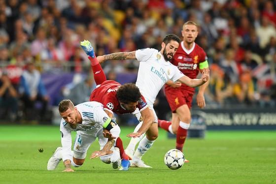 Sốc khi Ramos bị kiện 1 tỷ Euro vì gây thương tích cho Salah ảnh 1