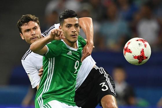 Tiền đạo Mexico Raul Jimenez (phải, Mexico) tranh bóng với hậu vệ Jonas Hector (Đức)