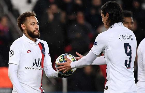 Vì sao Neymar phải nhường Cavani đá 11m