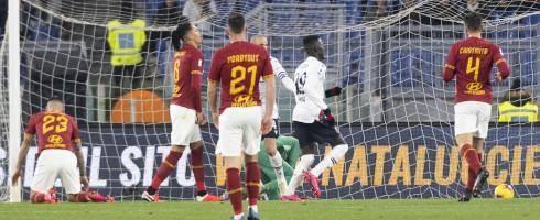 """AS Roma sa sút vì hậu vệ """"thủng"""""""
