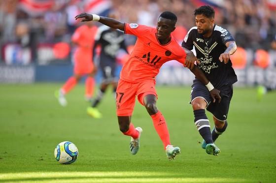 UEFA yếu cầu kết thúc giải ngày 30-6. Ligue 1 sẵn sàng vượt rào