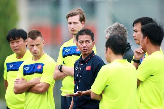 HLV Hoàng Anh Tuấn (áo đen) và các cộng sự tích cực chuẩn bị cho U20 Việt Nam. tác giả: NGỌC HẢI