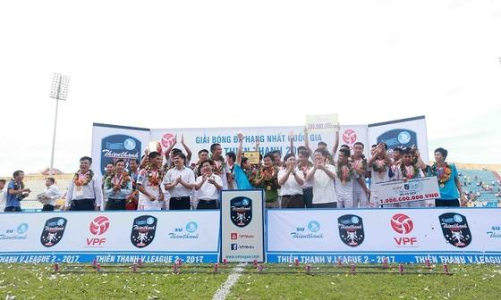 Đội Nam Định nhận cúp vô địch hạng Nhất năm 2017 và có vé dự V-League 2018.