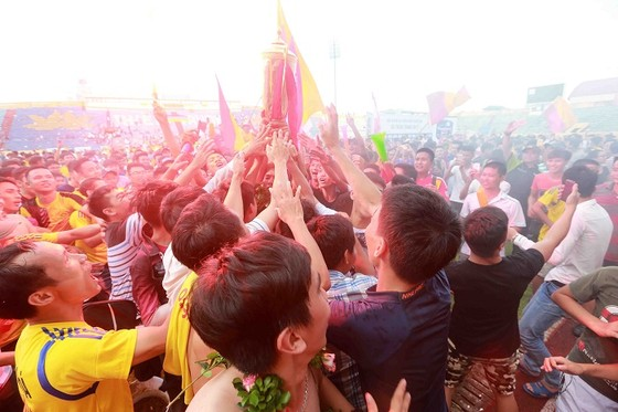 Người Nam Định hân hoan mừng đội nhà thăng hạng V-League ảnh 5