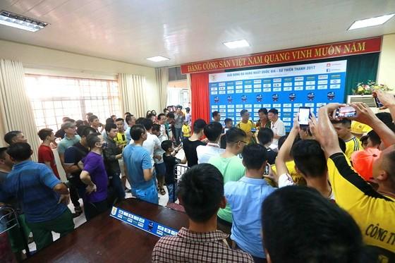 Người Nam Định hân hoan mừng đội nhà thăng hạng V-League ảnh 6