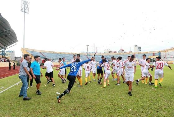 Người Nam Định hân hoan mừng đội nhà thăng hạng V-League ảnh 3