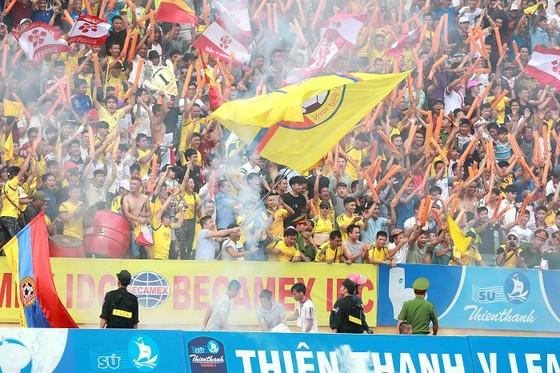Người Nam Định hân hoan mừng đội nhà thăng hạng V-League ảnh 2