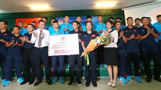 Đội U15 Việt Nam được nhận thưởng ngay sáng 24-7. tác giả: NGỌC HẢI