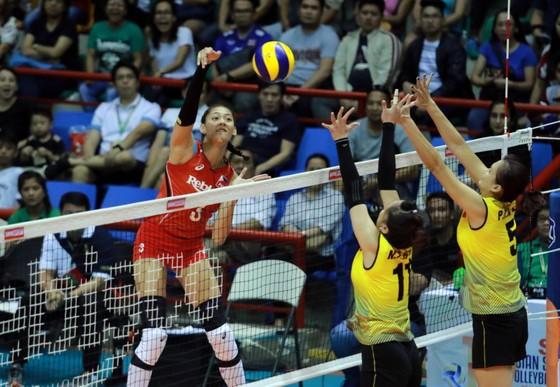 Chủ công Santiago Alyja Daphne (3) của Philippines luôn đánh trên chắn của nữ Việt Nam. Nguồn: AVC