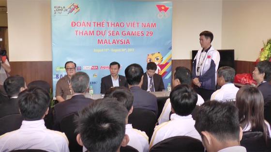 Bộ trưởng Nguyễn Ngọc Thiện động viên đoàn thể thao Việt Nam tại Malaysia ảnh 1