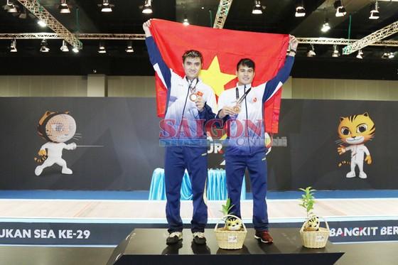 Chàng trai cầm cờ cho thể thao VN đoạt HCV kiếm chém  ảnh 1