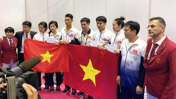 Các VĐV karatedo được chúc mừng sau chiến thắng.