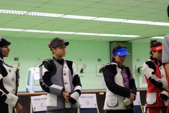 Nữ xạ thủ trẻ của Việt Nam đã không thể chiến thắng tại bài bắn 10m súng trường hơi nữ nên lỗi hẹn giành huy chương tại SEA Games năm nay. ảnh 1