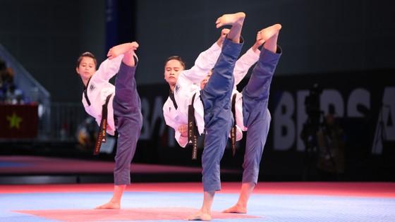 Tuyết Vân, Lệ Kim, Tuyết Mai biểu diễn bài quyền