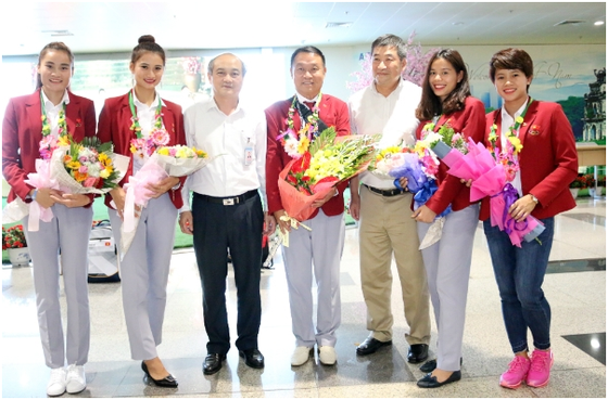 Lãnh đạo Liên đoàn điền kinh Việt Nam và Tổng cục TDT đã chúc mừng tuyển điền kinh khi về nước sau SEA Games 29. Nguồn: VAF