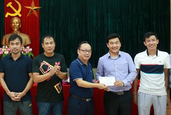 Chủ tịch Trần Gia Thái (giữa) trong buổi trao thưởng cho đội bóng bàn sau SEA Games 29. Ảnh: NGỌC HẢI