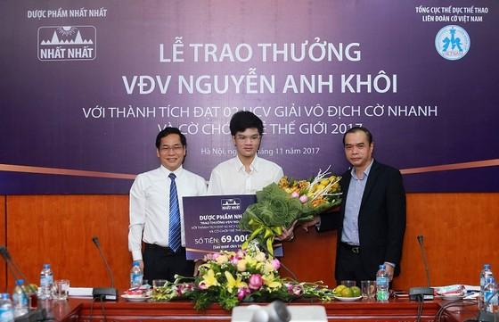 Anh Khôi (giữa) được Liên đoàn cờ và nhà tài trợ thưởng 69 triệu đồng. Ảnh: NGỌC HẢI