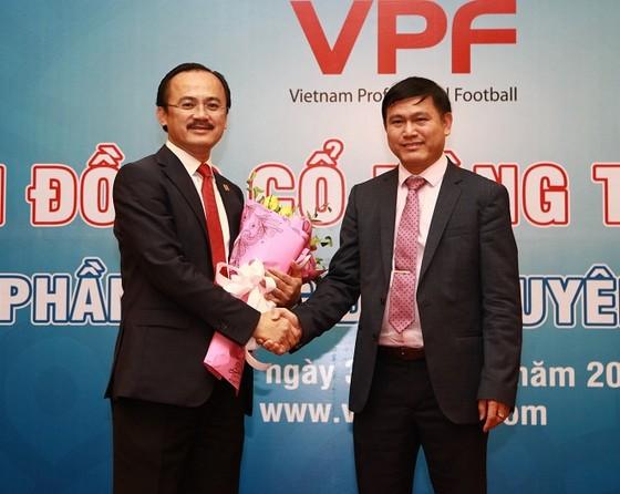 Tân chủ tịch Trần Anh Tú trao hoa tặng cựu Chủ tịch Võ Quốc Thắng. Ảnh: VPF