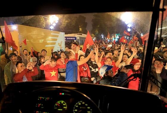 Cả nước vỡ òa trước kỳ tích của U23 Việt Nam ảnh 25