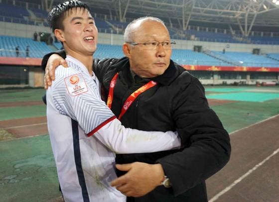 Trung vệ Duy Mạnh đã cho mẫu thử để AFC kiểm tra theo quy định sau trận bán kết. Ảnh: TUẤN HỮU