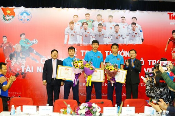 Đại diện Trung ương Đoàn TNCS Hồ Chí Minh và Quỹ hỗ trợ tài năng trẻ Việt Nam trao bằng khen cho các tuyển thủ. Ảnh: NHƯ Ý