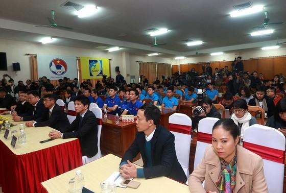 """Các cầu thủ U23 Việt Nam có mặt tại cuộc gặp gỡ và VFF khẳng định U23 Việt Nam đã bị bị động về """"sự cố"""" bikini. Ảnh: NGỌC HẢI"""