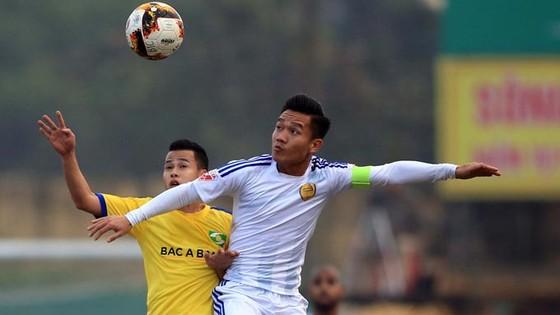 Quả bóng vàng của bóng đá Việt Nam năm 2017 Đinh Thanh Trung (áo trắng) sẽ là tâm điểm tại trận Siêu cúp năm nay. Ảnh: NGỌC HẢI