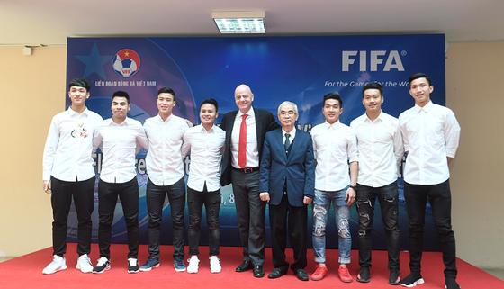 Chủ tịch FIFA chụp ảnh lưu niệm cùng cầu thủ U23 Việt Nam. Ảnh: HUY GIANG