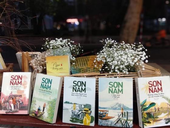 Trao tặng bộ sách 20 tựa cho gia đình nhà văn Sơn Nam ảnh 3