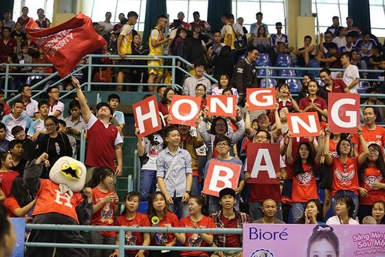 Sinh viên trường ĐH QT Hồng Bàng đến nhà thi đấu Rạch Miễu cổ vũ đông nhất. ẢNH: NHẬT ANH