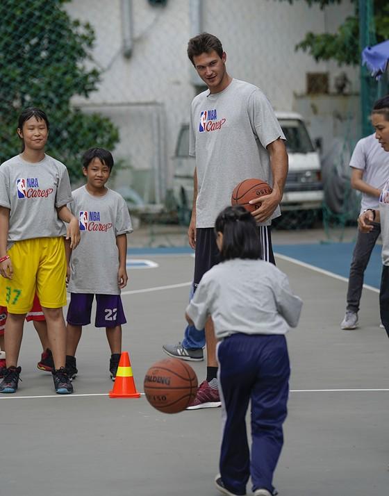 NBA tặng sân bóng rổ cho ĐH Y Dược TPHCM ảnh 1