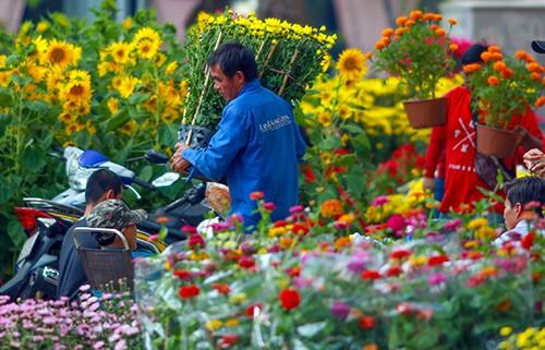 Chiều 29 Tết, người dân TP Hồ Chí Minh đổ xô đi mua hoa ảnh 7