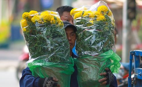 Chiều 29 Tết, người dân TP Hồ Chí Minh đổ xô đi mua hoa ảnh 1