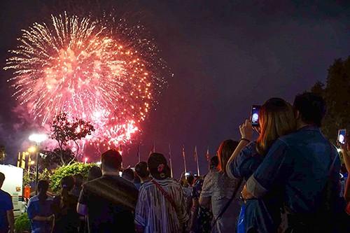 Người dân TP.HCM tập trung chật cứng xem bắn pháo hoa đón năm mới 2019 ảnh 6