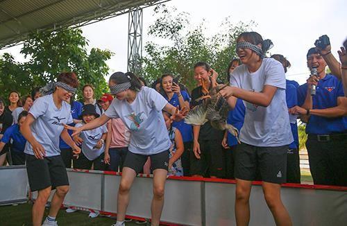 Khoảnh khắc thư giãn của các cô gái bóng chuyền cùng trò chơi dân gian Việt Nam ảnh 7