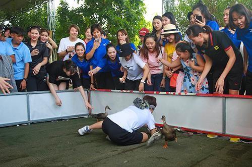 Khoảnh khắc thư giãn của các cô gái bóng chuyền cùng trò chơi dân gian Việt Nam ảnh 3