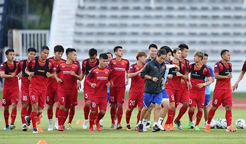Buổi tập đầu tiên của thầy trò ông Park Hang-seo tại sân Buriram Provincial Central Sports Stadium. Ảnh: DŨNG PHƯƠNG