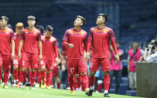 Tuyển Việt Nam tập trên sân chính Chang Arena ảnh 2