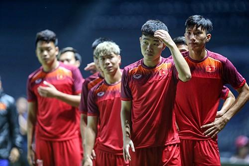 Tuyển Việt Nam tập trên sân chính Chang Arena ảnh 4