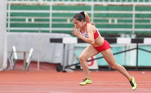 Nguyễn Thị Huyền thi đấu rất ấn tượng ở cự ly 400m nữ. Ảnh: DŨNG PHƯƠNG