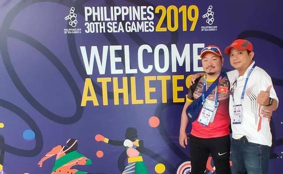 Hai anh em phóng viên Báo Sài Gòn Phóng vừa kích hoạt  thẻ tác nghiệp SEA Games 30 xong. Ảnh: Nhật Anh