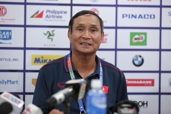HLV Mai Đức Chung trả lời phỏng vấn trong buổi họp báo sau trận đấu. Ảnh: Dũng Phương
