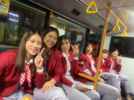 Chân dài bóng chuyền Việt Nam diện vest dự khai mạc SEA Games 30 ảnh 4