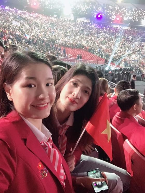 Chân dài bóng chuyền Việt Nam diện vest dự khai mạc SEA Games 30 ảnh 1
