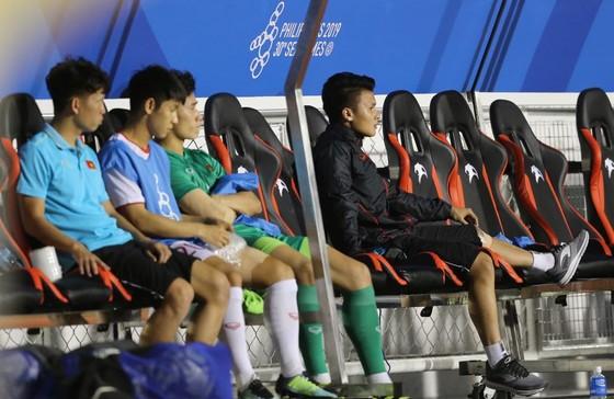 Quang Hải chấn thương được  ngồi trên hàng ghế dự bị. Ảnh Dũng Phương