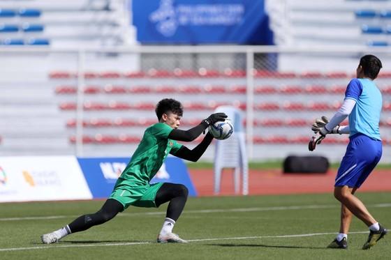 Thủ thành Bùi Tiến Dũng miệt mài luyện công chờ quyết đấu U22 Thái Lan ảnh 1