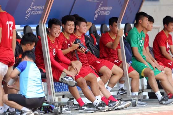 Hà Đức Chinh bị thầy Park 'tuýt còi' trong buổi tập vì không tập trung. Ảnh: Dũng Phương