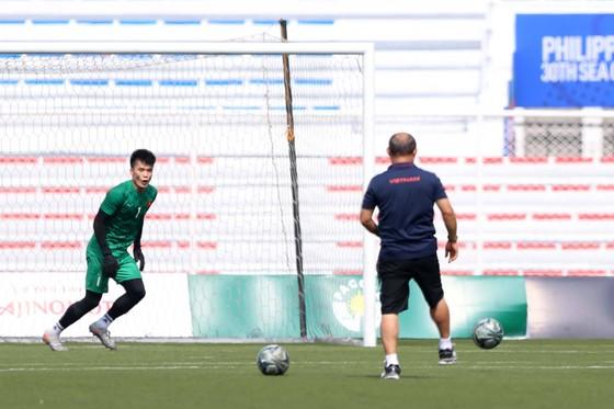 HLV Park Hang Seo đích thân luyện công cho Bùi Tiến Dũng. Ảnh Dũng Phương