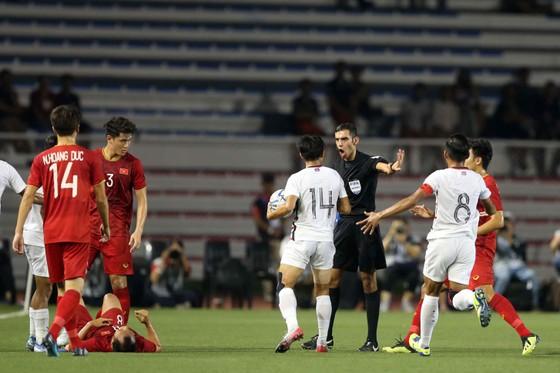 Nhận thẻ vàng, HLV Park Hang Seo vẫn muốn ăn thua với trọng tài ảnh 2