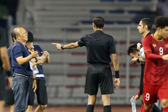 Nhận thẻ vàng, HLV Park Hang Seo vẫn muốn ăn thua với trọng tài ảnh 3